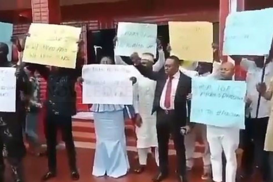 """""""We Want SARS"""" – Nigerian Parents Protest Against The Disbandment Of SARS (Video)"""