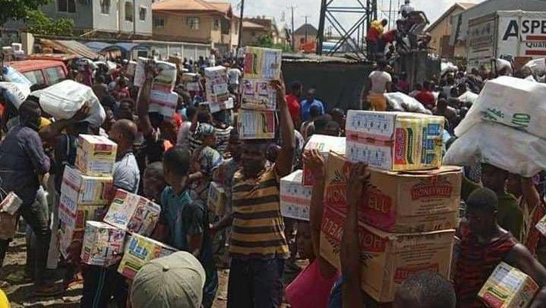 Nigeria Youth seen sharing the looted COVID 19 palliatives with beggars